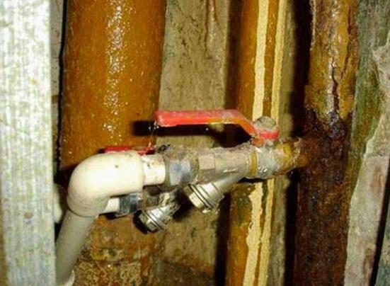 Старый водопроводный стояк