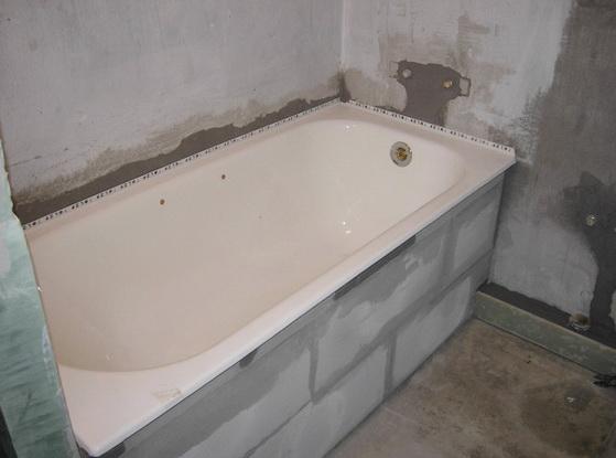 Выкладка блоков под ванной