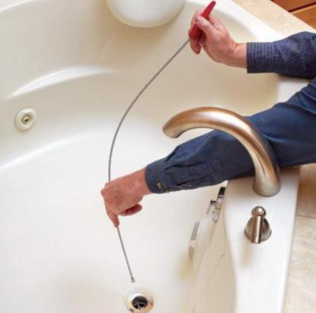 Очищаем тросиком канализацию