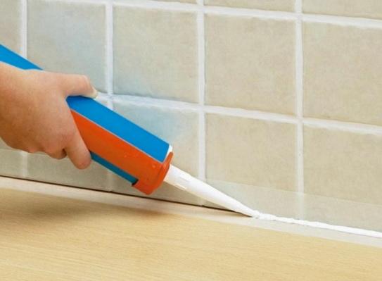 Нанесение герметика в ванной комнате