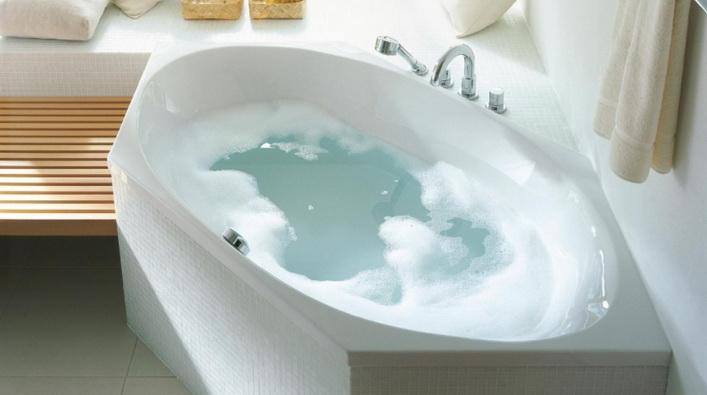 Большая ванна в углу