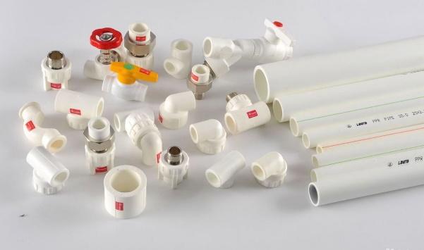 пластиковые трубы с фитингами