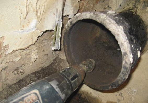 Зачистка раструба чугунной трубы